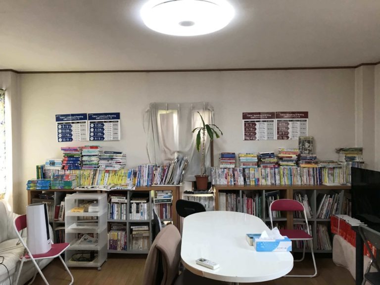 教室の風景と参考書ライブラリー